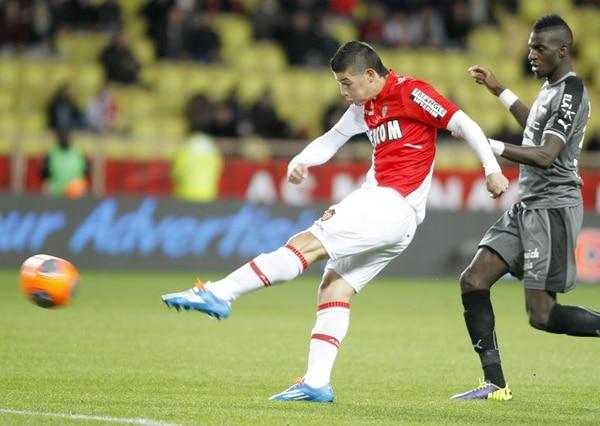 El delantero del Monaco James Rodriguez anotó el primer gol de su equipo ante el Rennes en el estadio Louis II.