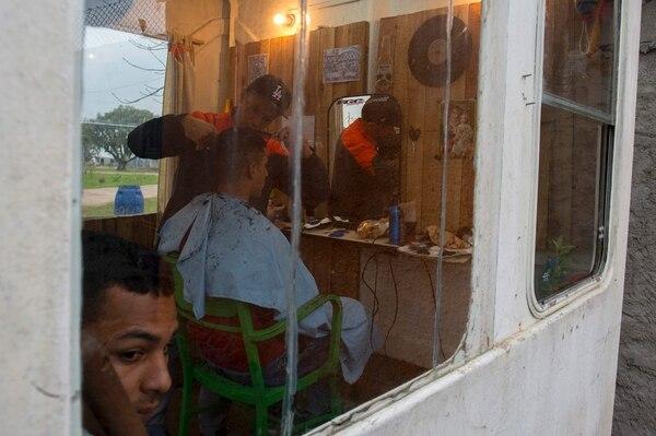 Presos trabajan como peluqueros en la cárcel de Punta de Rieles.