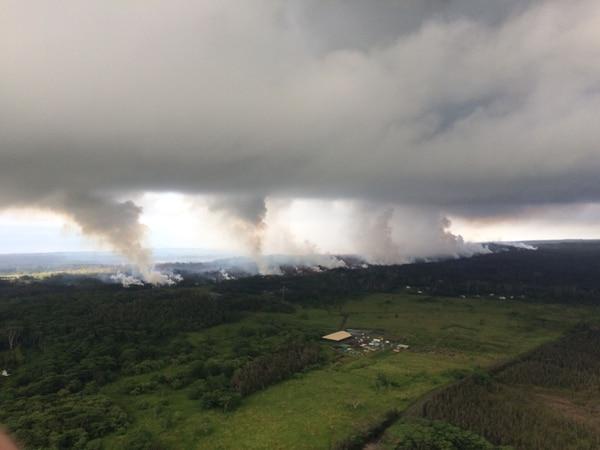 Esta imagen publicada por el Servicio Geológico de Estados Unidos este jueves muestra una vista ascendente del Observatorio de Volcanes de Hawai, durante un sobrevuelo efectuado a las 8:25 a.m. Foto: AFP