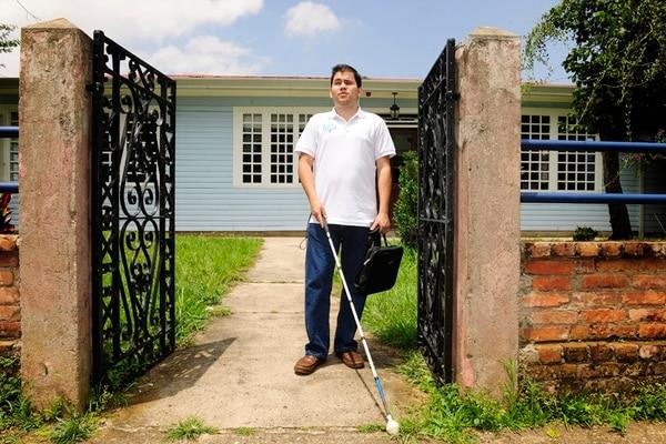 Adrián creció en Pérez Zeledón y migró a San José. La ceguera que padece desde los 12 no lo frenó. | FOTO: MELISSA FERNÁNDEZ