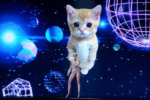 Inexplicable. La presentación de Miley Cyrus estuvo acompañada por un gato que rompió en llanto en medio de Wrecking Ball . AP.