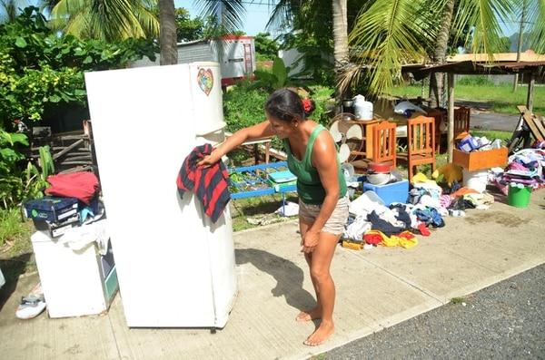 Vecinos de Caldera debieron rescatar algunas pertenecias por la inundación.