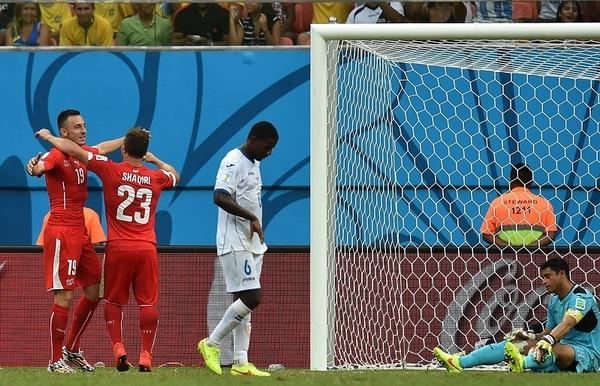 El suizo Xherdan Shaqiri celebra junto a sus compañeros de selección uno de sus tres tantos ante Honduras.