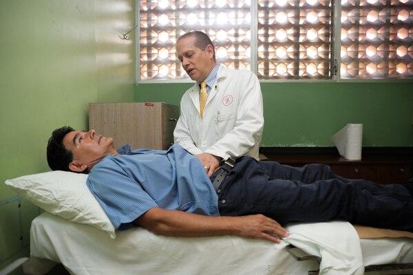 Horacio Arias Segura es uno de los pacientes mas recientes, que se le remueve cancer gastrico con laparoscopia. Esta mañana visitó el Hospital. Eduardo Trujillo, uno de los cirujanos que lo operó, le hizo un chequeo general. Foto: Jeffrey Zamora