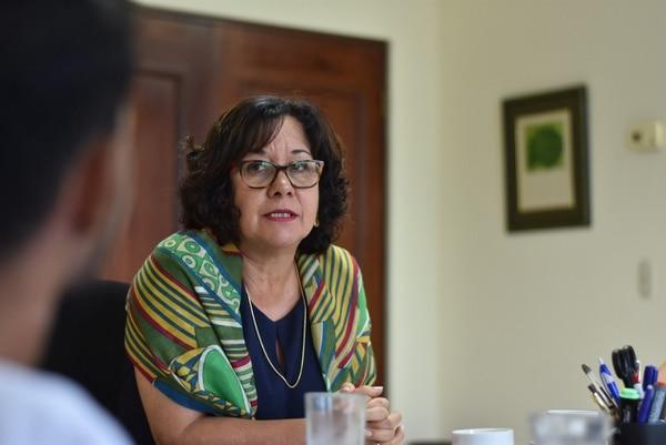 Ministra de Educación, Guiselle Cruz, durante la reunión con alumnos que amenazan con protestas.
