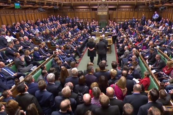 El Parlamento británico fuerza a May a someter el