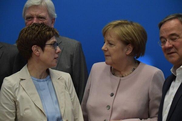 El sublíder de la CDU, Volker Bouffier; Annegret Kramp-Karrenbauer, jefa de la CDU; la canciller Ángela Merkel, y el jefe de Gobierno de Renania del Norte-Westphalia, Armin Laschet (izquierda a derecha), reunidos este domingo 2 de junio en Berlín.