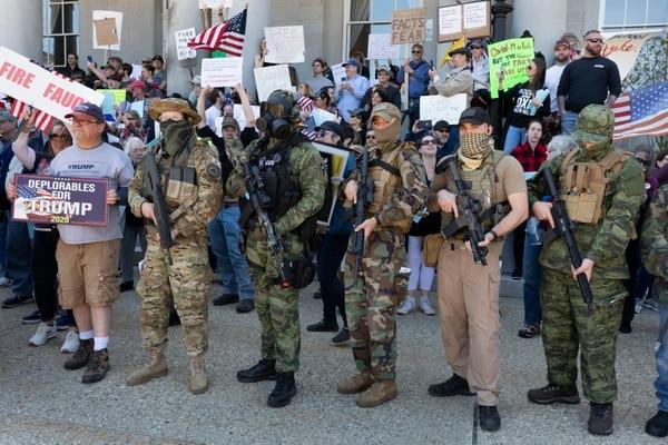 Manifestantes, algunos de ellos vinculados con el movimiento de extrema derecha Boogaloo, protestaron el 2 de mayo del 2020 en Concord, Nuevo Hampshire, contra el cierre de negocios debido a la pandemia de coronavirus.