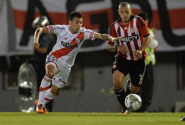 Leonel Vangioni (izquierda), de River Plate, disputa el balón con Matias Aguirregaray (derecha) de Estudiantes de La Plata en el partido de cuartos de final por la Copa Sudamericana.