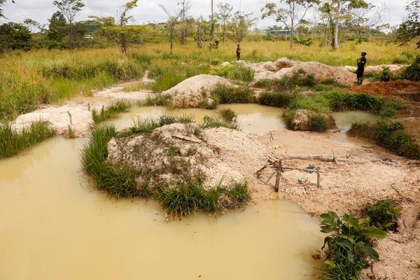 Los ministros de Seguridad, Michael Soto y de Ambiente, Carlos Rodríguez; visitaron la zona de Crucitas para constatar el daño ambiental producto de la extracción artesanal de oro. Foto: Albert Marín.