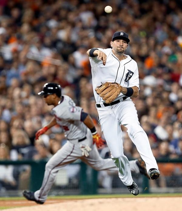 Nick Castellanos lanzó a primera base ayer, mientras que Aaron Hicks corre por tercera, en el duelo entre Tigres y Mellizos, que quedó 3-12. | AP