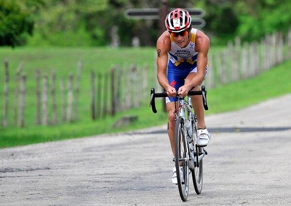 El triatlonista costarricense Leonardo Chacón dejó atrás su lesión en el pie derecho y ayer conquistó ayer la Copa Mundial Xterra. | RAFAEL MURILLO