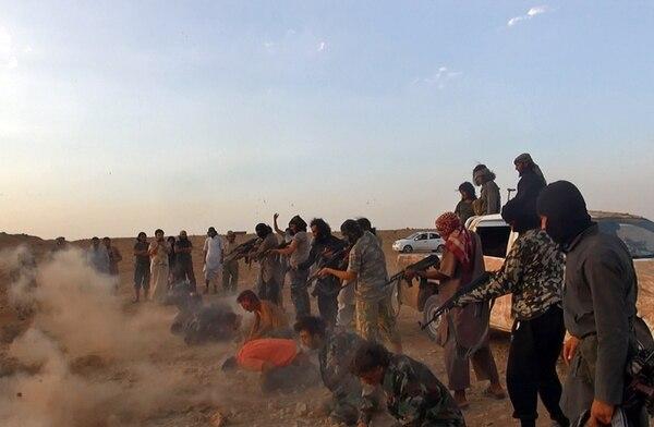 El Estado Islámico publicó esta fotografía sin fecha en la que se muestra la ejecución de siete hombres, luego de que la agrupación se apoderara de una base aérea clave para el Gobierno sirio en al-Rak Tabka, Siria. | AP