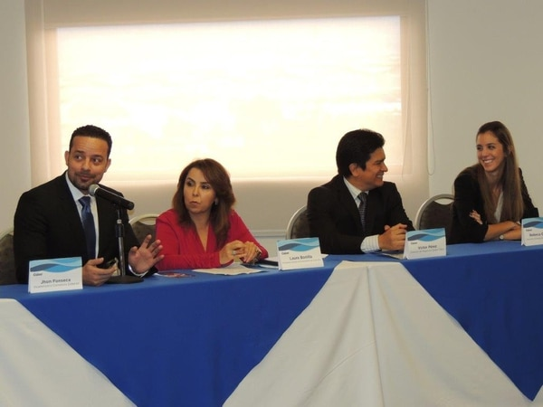 El viceministro de Comercio Exterior, John Fonseca (a la derecha) y representantes de las empresas dieron a conocer hoy un nuevo modelo de negocio.