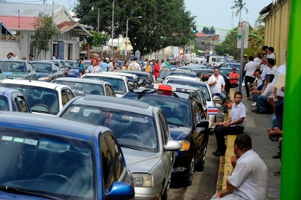 El lunes anterior un grupo de más de 100 prestatarios del Servicio Especial Estable de Taxi bloquearon calles para exigir al Gobierno un reglamento para cambio de unidades.   ALONSO TENORIO.