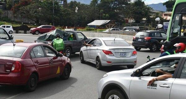20/12/19 Fototografias de conductores imprudentes a la hora de manejar,tanto motociclistas, automoviles y hasta las imprudencias de peatones . En la foto:Rotondas de las Garantias Sociales Fotografia de Jorge Castillo