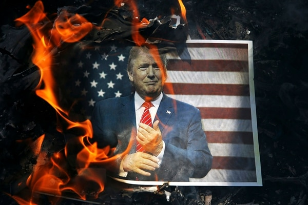 Un retrato de Donald Trump fue consumido por las llamas durante el funeral de un guardia revolucionario iraní en Teherán, el 27 de setiembre del 2017.
