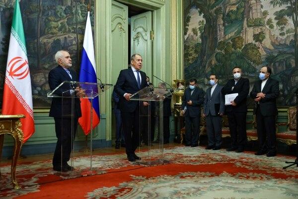 El canciller ruso, Serguéi Lavbrov, y su homónimo iraní, Mohammad Javad Zarif (izquierda), ofrecieron una conferencia de prensa, este martes 26 de enero en Moscú. AFP