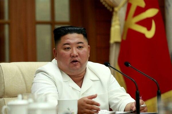 Kim Jong Un aparece presidiendo una reunión del buró político del Partido de los Trabajadores en Pionyang. La agencia oficial KCNA difundió la foto este miércoles 26 de agosto del 2020. AFP/