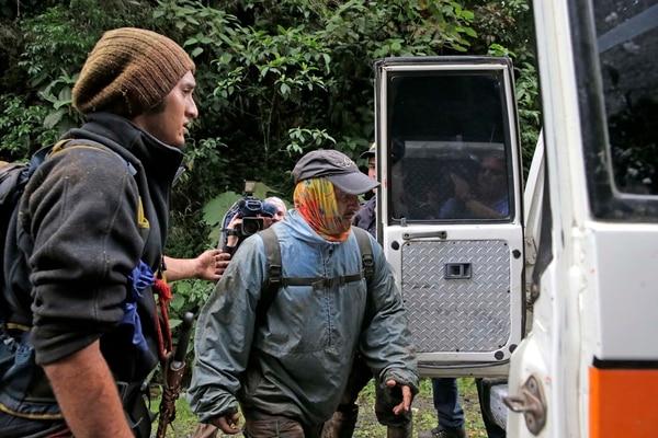 Funcionario del OIJ rescatado de la montaña es llevado a una ambulancia que lo llevará al centro de mando en el Zurquí.