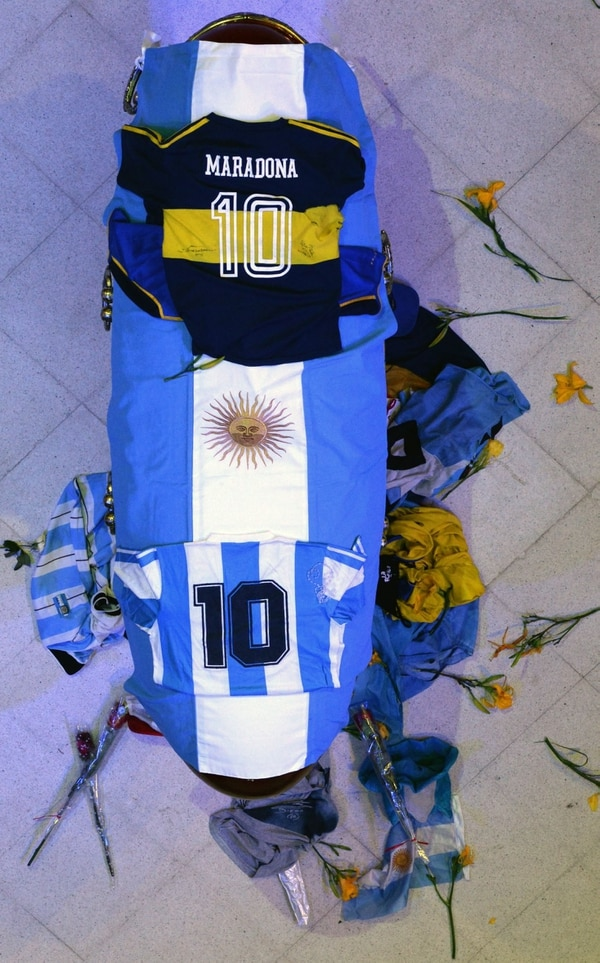 Handout picture released on November 26, 2020 by Argentine Presidency press office shows the coffin of Argentine football star Diego Maradona at Casa Rosada, Buenos Aires, Argentina. - The body of Argentine football legend Diego Maradona, who died earlier today, will lie in state at the presidential palace in Buenos Aires during three days of national mourning, the presidency announced. (Photo by Handout / Argentinian Presidency / AFP) / RESTRICTED TO EDITORIAL USE - MANDATORY CREDIT