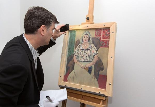 El abogado de la familia Rosenberg Christopher Marinello examinaba la pintura