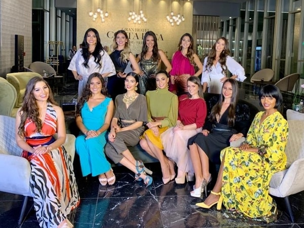 Las 12 candidatas al Miss Costa Rica 2020 se vistieron con la marca nacional Etnias la noche en la que se presentaron por primera vez como las participantes oficiales del certamen para este año. Fotografía: Arnoldo Robert.