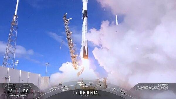 Un cohete Falcon 9 despegó sin incidentes desde Cabo Cañaveral, en Florida, llevando en su cima una cápsula con 60 satélites. (HO / SPACEX / AFP)