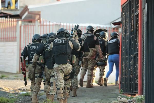 Agentes del SERT y del OIJ participaron en el allanamiento de una vivienda en San Rafael de Quircot de Cartago, donde se detuvo a un abogado de apellido Gutiérrez. Foto: Alonso Tenorio