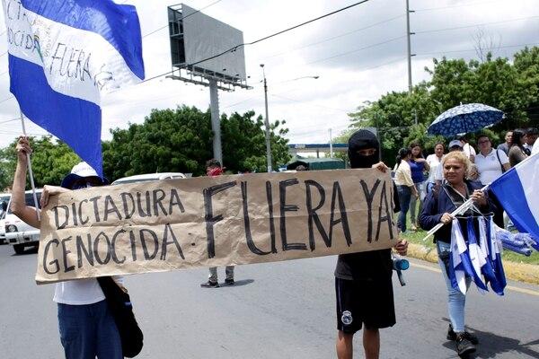 Este lunes varias personas alzaron la voz durante una manifestación que apoyaba a los periodistas atacados mientras cubrían las protestas. Además exigieron la renuncia del presidente Daniel Ortega y la liberación de todos los presos políticos, en Managua. Foto: AP