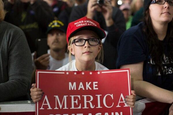 Una seguidora escucha al candidato presidencial republicano, Donald Trump, mientras este pronuncia un discurso de campaña en Colorado Springs, este martes.