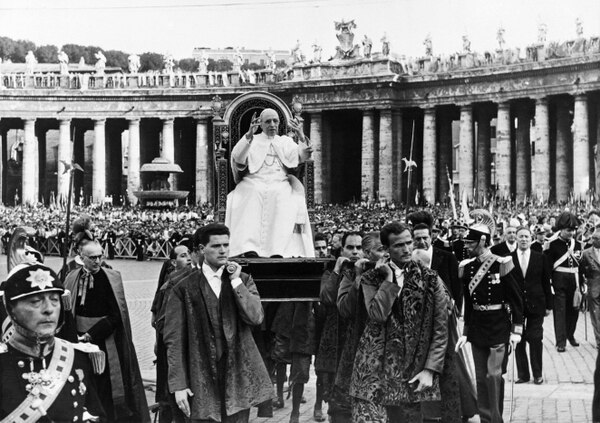 (FILES) This file photo taken on August 27, 1957 shows Pope Pius XII, head of the Catholic Church from March 2, 1939 to his death on October 9, 1958, blessing faithfulls during the Young Christian Workers congress at St. Peter's Square in the Vatican. - The entire Vatican archives of the pontificate of Pope Pius XII (1939-1958) are to open on March 2, 2020, a decision which had been called for decades by Jewish historians and organizations. (Photo by - / AFP)