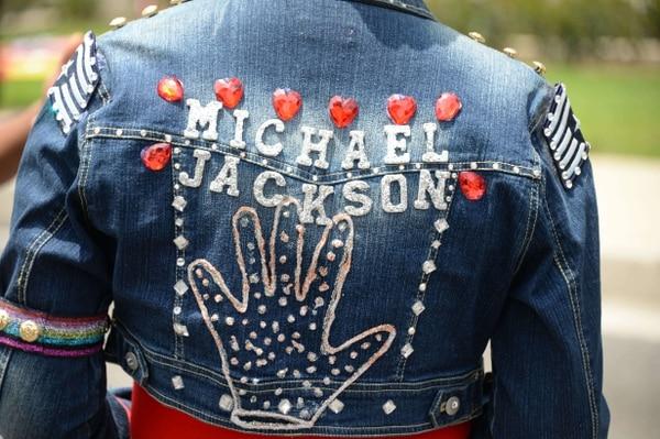 Una seguidora de Michael Jackson en el Forest Lawn Memorial Park, en Glendale, California, a cuatro años de su muerte.