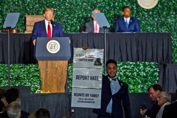 El legislador estatal de Virginia Ibraheem Samirah interrumpió con gritos mientras el presidente Donald Trump pronunciaba un discurso en el cual condenó la esclavitud. Ocurrió este martes 30 d ejulio del 2019 en Jamestown, Virginia.