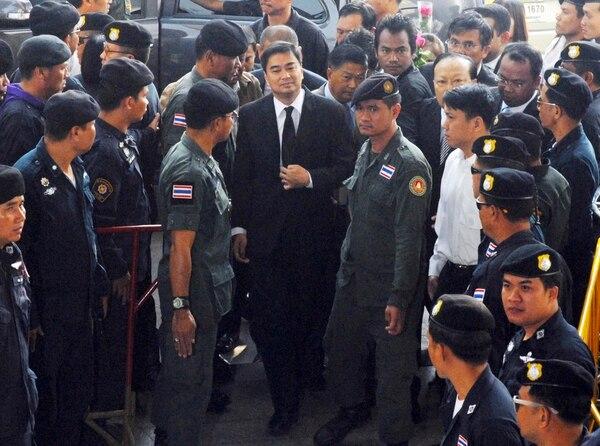 El ex primer ministro tailandés y líder del opositor Partido Demócrata Abhisit Vejjajiva (centro) a su llegada al Tribunal Criminal de Bangkok (Tailandia)