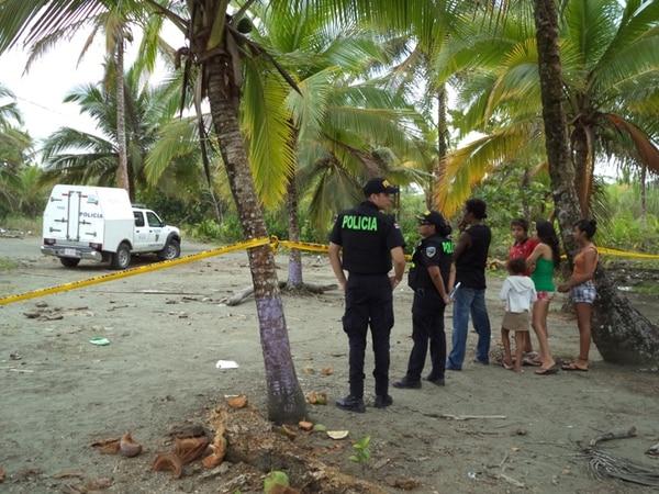 Los lugareños que caminaban por la playa en Westfalia encontraron el cuerpo del muchacho el viernes, al ser las 8 a. m., debajo de unos arbustos de hicaco y unas palmeras, por lo que avisaron a la Policía. | RAÚL CASCANTE.