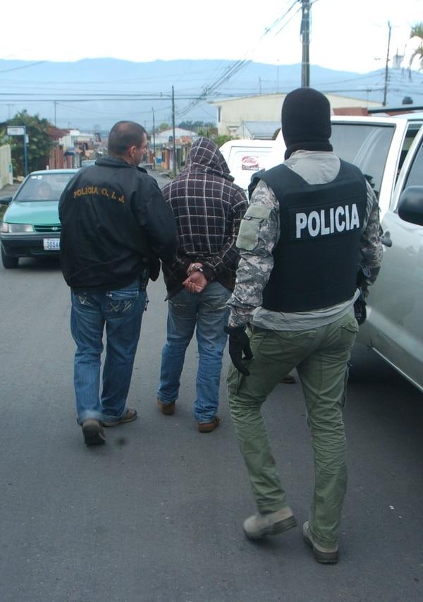 Traslado del sospechoso detenido en Oreamuno de Cartago hacia la fiscalía de Los Santos.