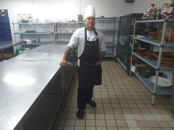 Jeffrey Apú estudió con el esquema de educación dual, lo que le permitió dar el salto de vender pan casa por casa, a convertirse en el chef encargado de administrar del Restaurante Mitra de Reserva Conchal y The Westin Golf Resort & Spa Playa Conchal. Foto: Cortesía