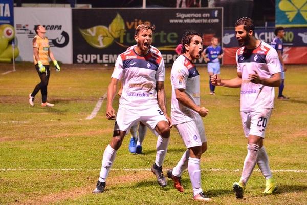 Giovanni Clunie, Rándall Brenes y Rándall Alvarado (de izq. a der.) celebraron eufóricos el gol del empate que logró Chiqui. | MARIO CORDERO