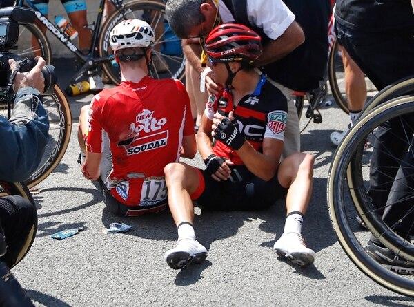 El australiano Richie Porte y el belga Jens Keukeleire reciben atención médica tras sufrir una fuerte caída. Porte llegó como uno de los favoritos y este domingo se vio obligado a abandonar la competencia. Fotografía: AP / Christophe Ena