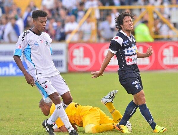 Randall Brenes se lamenta al desperdiciar una oportunidad frente al portero de la UCR, Carlos Méndez, y el defensa Owen Solís.   ARCHIVO/RAFAEL PACHECO