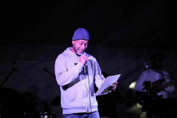El privado de libertad José Mora lee un poema de su autoría, antes de que lo interprete el cantautor Esteban Monge. Foto: Rafael Murillo.