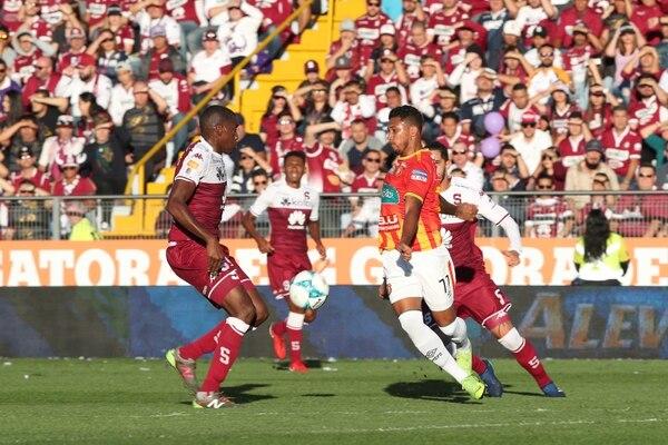 El saprissista Jaikel Medina (izquierda) intentó detener al florense José Guillermo Ortiz (derecha) durante el juego de vuelta de la gran final del Torneo de Apertura 2018. Fotografía: John Durán