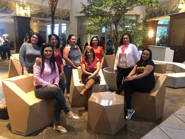 Beatriz Chavarría (rosado) y sus alumnas pagaron una buseta para venir desde Guanacaste hasta la pasarela en el hotel Real Intercontinental. Foto: Fernanda Matarrita