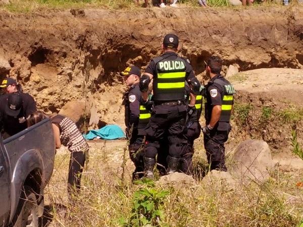 Según la Cruz Roja, la muerte fue instantánea y al llegar la piedra estaba sobre la cabeza de Gómez.