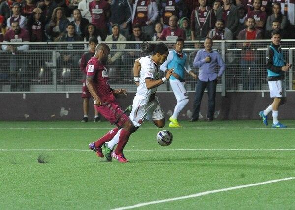 El panameño Adolfo Machado llegó tarde para evitar el avance del delantero erizo Jonathan McDonald. Pisotón y penal.   JONATHAN JIMÉNEZ