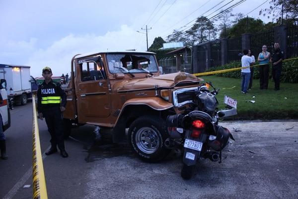 Debido al choque el frente del pick up Land Cruiser y el parabrisas quedó destrozado. El cuerpo quedó a unos metros. | JORGE CALDERÓN