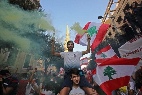 Protestantes libaneses toman las calles para protestar contra la corrupción del gobierno y exigir la salida definitiva de toda la clase política. Foto: AFP