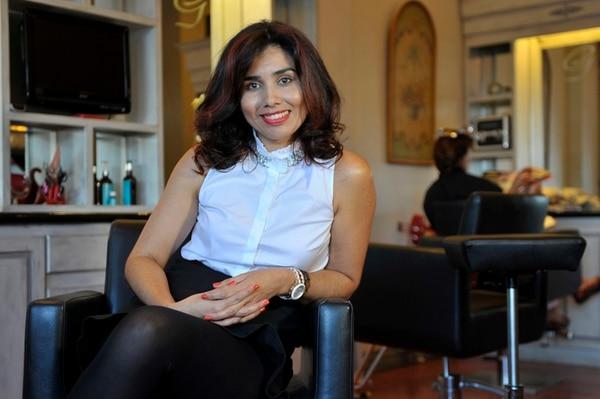 Laura Gómez atiende personalmente a Rodolfo Piza. | JORGE NAVARRO.