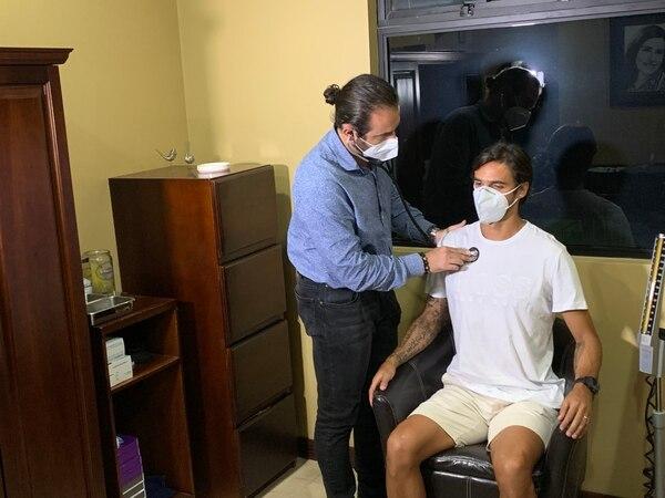 Bryan Ruiz fue examinado este miércoles por el doctor Carlos Estrada. Fotografía: Fanny Tayver